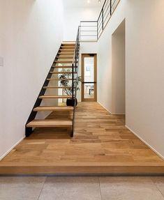 画像に含まれている可能性があるもの:室内 Decor Interior Design, Interior Decorating, Main Entrance, Staircase Design, Residential Architecture, Minimalism, Stairs, House Design, Wood