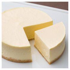 チーズのプロが厳選した酸味控えめでミルキーなオーストラリア産クリームチーズと、風味豊かな北海道産の牛乳、コクのある生クリームを使用。 濃厚なクリームチーズの風味を残しながら程よい甘さで、ふわっとムースのような口当たりの軽い食感がポイント。 土台はサクサクとしたミルククッキー生地。他では味わえない究極の逸品。 ※『究極のレアチーズケーキ』は冷凍商品の場合、原材料に卵を含むため商品名を『究極のレアチーズケーキⅡ』としています。 店頭で冷蔵販売している『究極のレアチーズケーキ』には卵を含みません。 Cheesecake, Food Porn, Yummy Food, Favorite Recipes, Asian, Baking, Desserts, Gift, Tailgate Desserts
