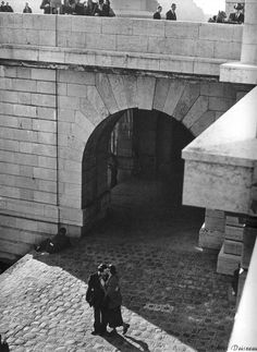 Quai du Louvre 1950 by Robert Doisneau Robert Doisneau, Pont Paris, Louvre Paris, Henri Cartier Bresson, Old Photography, Street Photography, Amazing Photography, Vintage Paris, French Vintage