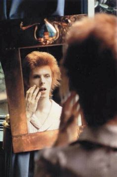 David Bowie david-bowie-in-mirror.jpeg (800×1205)…