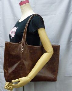 私の定番のトートバッグです。 たくさん物を入れたい人には最適なサイズだと思います。 今回は、薄い革で作ったので、320gと普段の半分の重さですので、革バッグが...|ハンドメイド、手作り、手仕事品の通販・販売・購入ならCreema。