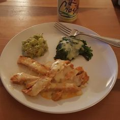Cheesy chicken, cheesy spinach and guacamole  #lchf #lchffood #keto #ketogenic #lowcarb #lowcarbhighfat #dinner #spinach #guacamole #cabotcheese #pepperjackcheese #chicken #delicious #eatyourprotein #eatyourmeat #eatyourfats #health #healthy #healthyfats