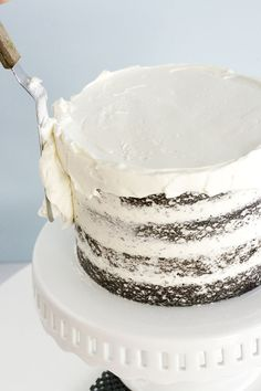 this makes it look so easy - a step-by-step guide to frosting a cake