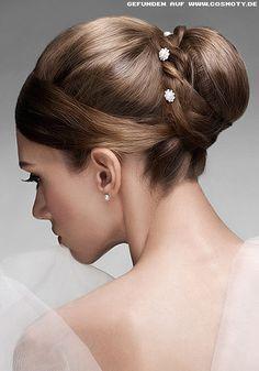 Brautfrisur mit großem Dutt und kleinen Zierblüten // Wedding hair with a big bun and little flowers #Hochzeitsfrisur #WeddingHair