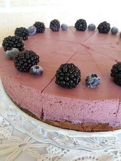 Mustikkamoussekakku browniepohjalla Cheesecake, Baking, Kitchen, Desserts, Food, Cheesecake Cake, Bread Making, Cucina, Tailgate Desserts