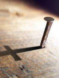 Filipenses 2:8 y estando en la condición de hombre, se humilló a sí mismo, haciéndose obediente hasta la muerte, y muerte de cruz. ♔
