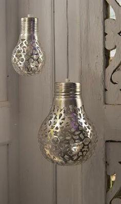 Bombilla reciclada convertida en un objeto decorativo