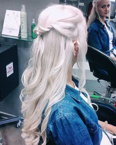 If you thought the Elsa braid was a phenomenon, just wait for the Daenerys plait. Like the Frozen ice queen's, Khaleesi's plait — or shall we said braids Ball Hairstyles, Braided Bun Hairstyles, Wedding Hairstyles, Updo Hairstyle, Messy Bun With Braid, Braided Buns, Messy Buns, Side Braid Wedding, Wedding Updo
