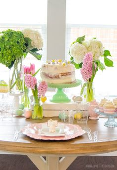 Prepare your Easter Table with these easy Easter Table Decorating Ideas! Find easy tips and tricks how to become the perfect Easter hostess! Spring Kitchen Decor, Summer Kitchen, Cake Centerpieces, Centerpiece Ideas, Easter Table Decorations, Easter Decor, Easter Crafts, Decorating Ideas, Holiday Decorating