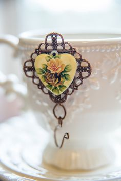 Hey, I found this really awesome Etsy listing at https://www.etsy.com/listing/467297760/vintage-style-rose-image-portuguese