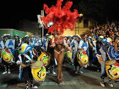 Candombe. Una comparsa anima la fiesta. Montevideo, Uruguay