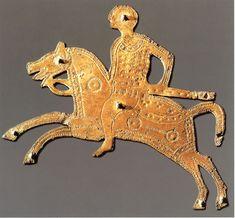 Un cavaliere longobardo armato di spada. Placchetta di bronzo dorato, parte ornamentale di uno scudo da parata appartenuto a un membro dell'aristocrazia longobarda. (Berna, Historisches Museum)