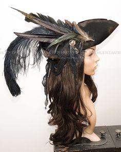 Dieser verwegene Hut wirkt mit seinen Brandstellen, Rissen und Patina gelebt und abgetakelt wie es sich für einen Piratenhut gehört. Federkiele, zerrissene Stoffstrippen, indisches Silber und...
