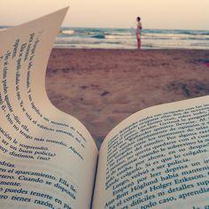 Leyendo La quinta mujer, novela negra nórdica, de Mankel, mientras Ander diabolea y Nuria surfea.