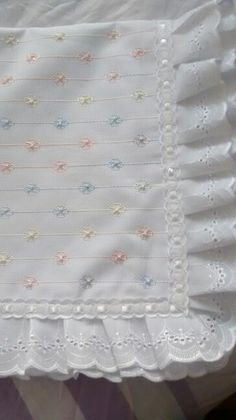 Manta bebe by christian Quilt Baby, Cradle Bedding, Baby Sheets, Baby Embroidery, Baby Sewing Projects, Heirloom Sewing, Pretty Baby, Baby Crafts, Baby Patterns