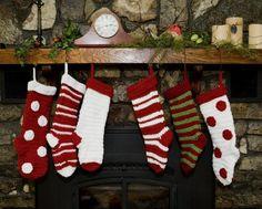déco de  Noël  avec des chaussettes de couleur blanche et rouge