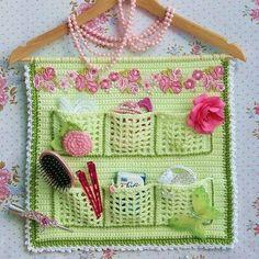 Crochet Trivets – Crochet flower tutorial VERY EASY Crochet flower tutorial VERY EASY (Visited 7 times, 1 visits today) Crochet Car, Crochet Home, Crochet Gifts, Two Color Knitting Patterns, Crochet Patterns, Crochet Flower Tutorial, Crochet Flowers, Easy Yarn Crafts, Crochet Organizer