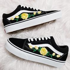 Rose Buds Yellow/Blk Low-Top Unisex Custom Rose Embroidered-Patch Vans Old-Skool Sneakers - Schuhe Vans Sneakers, Vans Customisées, Sneakers Mode, Sneakers Fashion, Nike Shoes, Fashion Shoes, Converse, Women's Shoes, Van Shoes