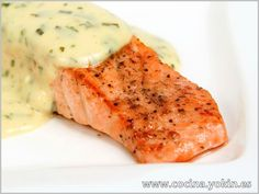 SALMON BAKED WITH CHEESE SAUCE - One way to prepare salmon that keeps it juicy. The cheese sauce brings softness on the palate and counterpoint of color. Salmon Recipes, Fish Recipes, Seafood Recipes, Cooking Recipes, Healthy Recipes, Comida Diy, My Favorite Food, Favorite Recipes, Recipe Steps