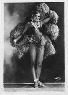 En images : il y a 40 ans, disparaissait Joséphine Baker Retro Fashion, Fashion Fashion, Fashion News, Josephine Baker, Vintage Burlesque, Parisian Burlesque, Vintage Dance, Vintage Circus, Roaring Twenties