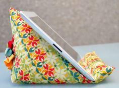 iPad stand tutorial | Sewn Up by TeresaDownUnder    Could convert pattern to a mobile phone stand too for hands free use on a desk.