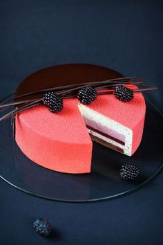 Rubus - Blackberry, Cream Cheese & Chocolate Mousse Entremet (in Russian and Portuguese). Pretty Cakes, Beautiful Cakes, Amazing Cakes, Beautiful Desserts, Fancy Desserts, Delicious Desserts, Mousse Au Chocolat Healthy, Blackberry Cake, Decoration Patisserie