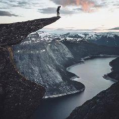"""Trolltunga   Норвегия. Ставь лайк❤ Комментируй Подпишись☑ Включайте уведомление о новых публикациях  Язык Тролля (норв. Trolltunga) — каменный выступ на горе Скьеггедаль, расположенной вблизи города Одда в Норвегии, возвышающийся над озером Рингедалсватн на высоте 700 метров. Язык тролля доступен приехавшим туристам с июня до конца сентября, остальное время скала покрыта толстым слоем снега.❄ Необычная форма образовалась примерно 10 тысяч лет назад, из-за огромного ледника """"ср..."""