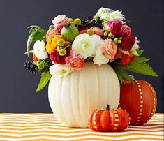 This super easy burlap wreath tutorial will have you all ready for fall. It is the perfect fall door decoration, and fun to make! Flower Arrangement Designs, Fall Floral Arrangements, Halloween Flower Arrangements, Fall Table Centerpieces, Thanksgiving Centerpieces, Thanksgiving Wreaths, Table Decorations, Halloween Flowers, Diy Halloween Decorations