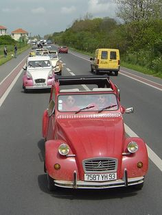 2CV Convoy! by dollywobbler, via Flickr • French Citroen 2CV meeting 2005 • Berck-sur-mer • 2000 2CV's on the road