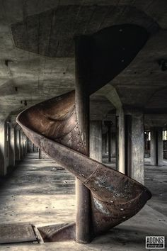 Arquitectura abandonada - I don't know what or where this is but it is interesting in an industrial sort of way.