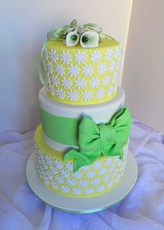https://flic.kr/p/tDBwJW | Yellow wedding cake with white flowers and lime green bow.