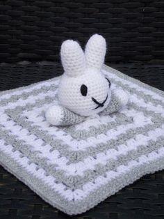 Nijntje knuffeldoekje (met gratis patroon) / (Nijntje) Miffy cuddle blanket (with free pattern)