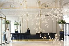 Dancing Leaves chandelier by Czech chandelier manufacturer Lasvit is installed in the hotels main lobby. The Peninsula Hotel Paris. Peninsula Paris, Peninsula Hotel, Peninsula Bangkok, Design Hotel, Palaces, Lobby Do Hotel, Best Paris Hotels, Classic Decor, Lobby Reception
