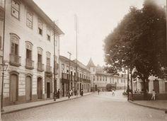 """Rua do Carmo e Recolhimento de Santa Tereza. A rua do Carmo já teve outros nomes. Antigo caminho que se formou para ligar a Igreja matriz (antiga Sé) e a Igreja do Pátio do Colégio ao conjunto formado pelas Igrejas e o Convento do Carmo, teve sua existência registrada em 1683, como """"rua que vai da Matriz para o Carmo"""". Desde então ficou conhecida como Rua do Carmo.  Em 1685, construiu-se ali o Recolhimento de Santa Tereza (demolido no início do século 20) e o caminho passou a se chamar…"""