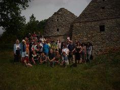 Groupe de randonneurs devant des cabanes de pierres sèches à Gabillou sur le causse de Thenon