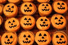 Jack-o'-lantern Halloween Cupcakes- Recipe and how to make these pumpkin spice cupcakes. Dimples cupcakes by Sweet Sara J. Halloween Desserts, Bolo Halloween, Halloween Torte, Pasteles Halloween, Halloween Cupcakes Easy, Soirée Halloween, Holiday Cupcakes, Halloween Food For Party, Halloween Birthday