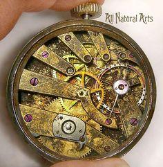 L'art peut être exprimé à travers des supports divers et variés et certains sont parfois hors du commun ! Cette artiste le prouve avec une collection de montres à gousset revisitées enœuvresd'art étonnantes et réussies que D...