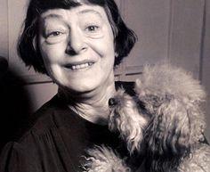 Dorothy Parker ao lado de sua cachorra Misty. A escritora americana ficou conhecida por seus roteiros de filmes. Ela é autora de 'Nasce Uma Estrela'.