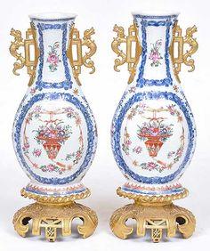 Belíssimo par de vasos em porcelana Companhia das Índia..
