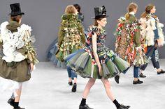 O duo de estilistas Viktor & Rolf leva as técnicas do upcycling para a passarela de Couture na temporada de desfiles fall 2016.
