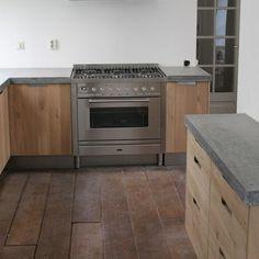 Koak Design Massief eiken houten keuken met ikea keuken kasten door Koak design in de stijl van piet boon en paul van de kooi met een betonnen blad beton keukenblad aanrecht | by Koak Design