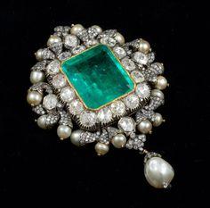 Gem Palace Sanjay broche Kasliwal diseñado con una esmeralda central que… India Jewelry, Gems Jewelry, Pearl Jewelry, Antique Jewelry, Jewelery, Vintage Jewelry, Fine Jewelry, Jewellery Earrings, Diamond Brooch