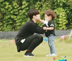 Jackson and Cute LIttle Hao Jackson Wang, Got7 Jackson, Yugyeom, Youngjae, Cute Asian Babies, Korean Babies, Couple With Baby, 17 Kpop, Park Jinyoung