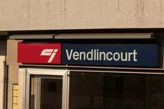 Stationsschild Vendlincourt der CJ chemins de fer du Jura am Bahnhof Vendlincourt in der Ajoie im Kanton Jura der Schweiz