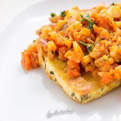 Ryba po grecku to świąteczny standard. Można to danie w łatwy sposób zweganizować i dać spokój biednym rybom, a i sobie oszczędzić roboty. :-) Szybko, zdrowo, łatwo i przyjemnie. Oczywiście, jeśli ktoś nie przepada za tofu to można i zrobić kalafior po grecku, ale zachęcam także do wypróbowania...