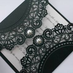 Idea for wedding invitation. Black and white lace design with pearl details #blackwhitewedding #weddinginvitations | via Nahoradecasar