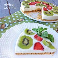Esta receta de tarta de yogur es muy sencilla, sin horno ni complicaciones, y puedes jugar con los sabores en la decoración. Nosotros hemos puesto kiwi