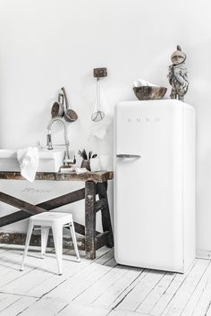 Smeg sighting white smeg in rustic all white kitchen Studio Kitchen, Boho Kitchen, Kitchen Dining, Dinning Table, All White Kitchen, Small Space Kitchen, Design Rustique, Scandinavian Kitchen, Cuisines Design
