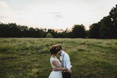 Un mariage simple, coloré et champêtre à découvrir sur www.lamarieeauxpiedsnus.com - Photos : Willy Brousse