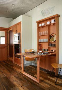 une jolie table pliante en bois, un salon avec une table rabattable pour sauver d'espace